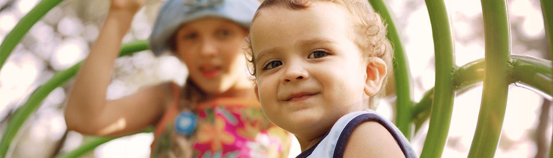 Kleiner Junge schaut in die Kamera